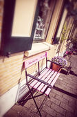 Vintage style pink Bench in Kinderdijk, the Netherlands — Stockfoto