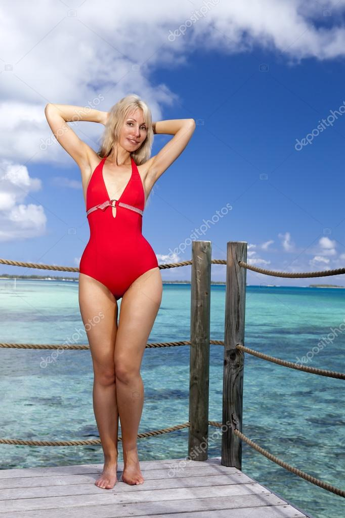девушка в красном купальнике на фоне моря