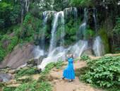 Die Frau in einem langen Kleid in der Nähe von Wasserfällen Soroa, Pinar Del Rio, Kuba — Stockfoto