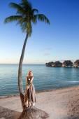молодая женщина в длинный сарафан на тропическом пляже. полинезия. — Стоковое фото