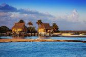 Lodges over transparent quiet sea water- tropical paradise, Maldives — Stock Photo