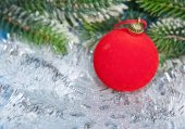 Red New Year's ball and a branch of a Christmas tree — ストック写真