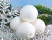 白いふわふわ新年のボール — ストック写真