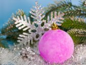 New Year's ball and decorative snowflake — Stock Photo