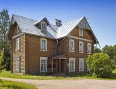 Oranienbaum (Lomonosov). Upper park. Ancient inhabited wooden house — Stock Photo