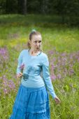 The happy young woman in the field of wild flowers — 图库照片