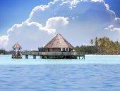 Chaty nad transparentní klidné mořské vody tropické ráje, Maledivy — Stock fotografie