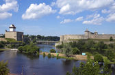 Two ancient fortresses on the parties from the river which is border. Narva, Estonia and Ivangorod behind the river, Russia — Stock Photo
