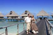Kochankowie, mężczyzna i kobieta na ścieżkę drewniane nad morzem, tropic — Zdjęcie stockowe