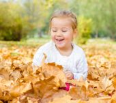 little girl have fun in autumn — Стоковое фото