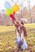 Renkli balonlar ile mutlu bir genç kadın — Stok fotoğraf