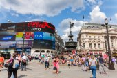 LONDON-AUGUST 4: People in Picadilly Circus on August 24,2014 in — Stock Photo