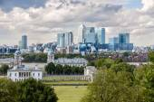 LONDON -AUGUST 12: The skyline of Canary Wharf from Greenwich on — Stock Photo