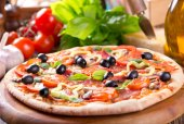Pizza with bacon, vegetables and olives  — Foto Stock