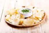 Potato chips with sauce  — Stock Photo