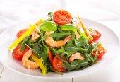 Salade met garnalen en groenten — Stockfoto