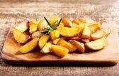 Geroosterde aardappelen met rozemarijn — Stockfoto