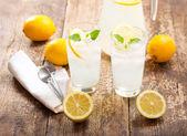 Стакана лимонада со свежими фруктами — Стоковое фото