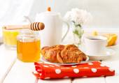 Breakfast with croissants, honey and coffee — Fotografia Stock