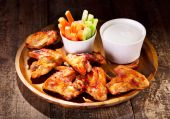 Chicken wings with fresh vegetables and sauce — 图库照片