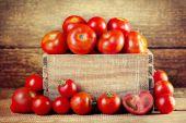 Pomodori in una scatola di legno — Foto Stock