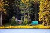 Casa de madera cerca del lago — Foto de Stock