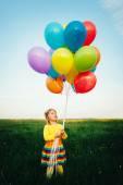 Renkli balonlar ile küçük kız — Stok fotoğraf