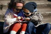 Little girl and boy playing outdoor — ストック写真