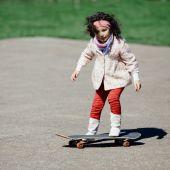 スケート ボードと小さな女の子 — ストック写真