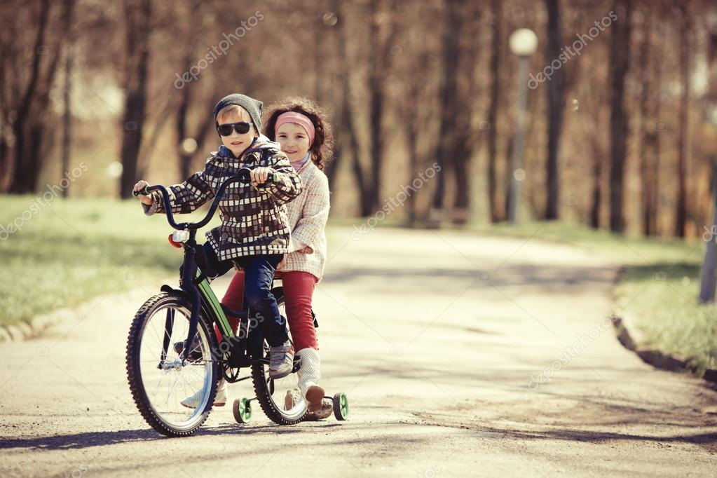 Imagen De Niña Andando En Bicicleta