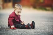 Ragazzino gioca con auto giocattolo — Foto Stock
