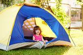 Bella ragazza seduta in tenda — Foto Stock