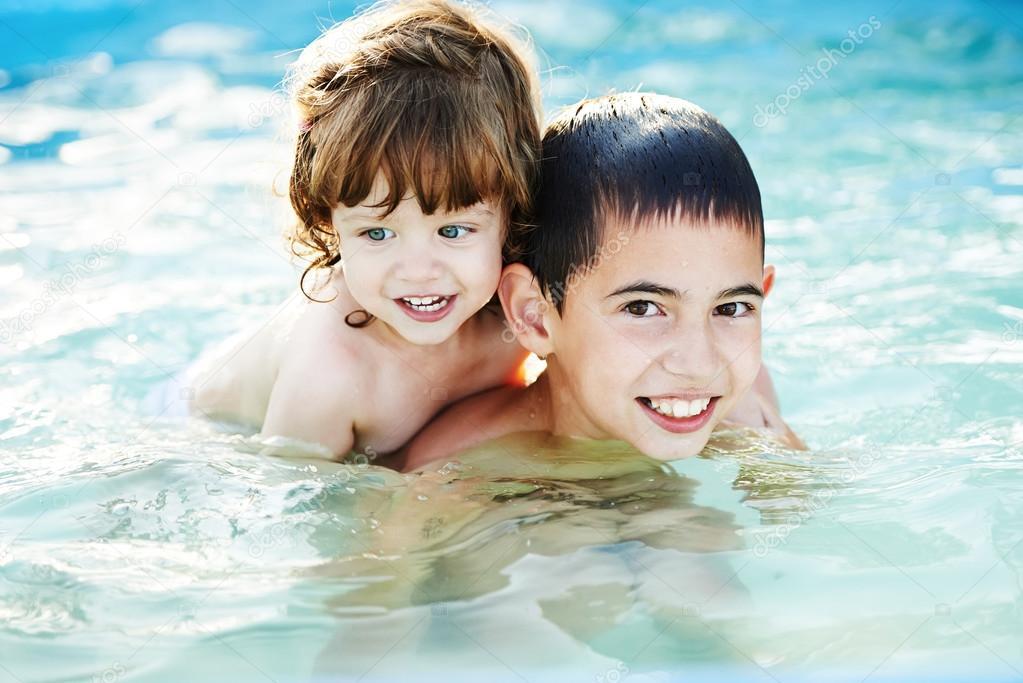 порно в бассейне брат с сестрой