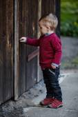 Little boy tries to open old door — Foto Stock