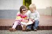 Menino e menina escrevendo para notebook — Foto Stock