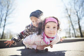 Boy and pretty girl skaiting on the street — Stock Photo
