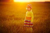 Cute girl runnig to the sunset — Stock Photo