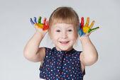 Petite fille avec les mains dans la peinture sur blanc — Photo