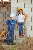 Boy and girl playing on construction site — Stockfoto