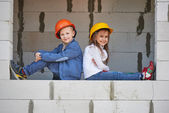 Boy and girl playing on construction site — Fotografia Stock