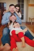 幸せな家族の家に床に — ストック写真