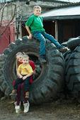 Дети играют в свалке шины — Стоковое фото
