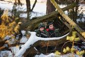 Мальчики играют с пушкой во время лазерной тег — Стоковое фото