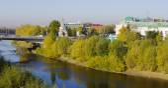 Autumn cityscape with river. Omsk, Siberia, Russia. — Stock Photo