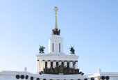 Central pavilion 1,upper part with spire and sculptures,ENEA, Moscow, Russia. — Stock Photo