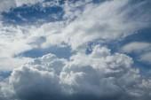 Blå himlen moln — Stockfoto