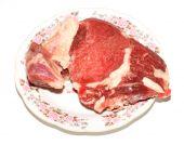 Zmrazené maso na talíři — Stock fotografie