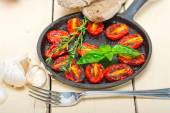 Baked cherry tomatoes with basil and thyme — Stock Photo