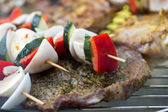 Barbecue with delicious grilled meat and vegetables on grill — Foto Stock
