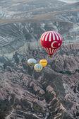 Capadócia, turkey.the maior atração turística da capadócia, o vôo com o balão ao nascer do sol — Fotografia Stock